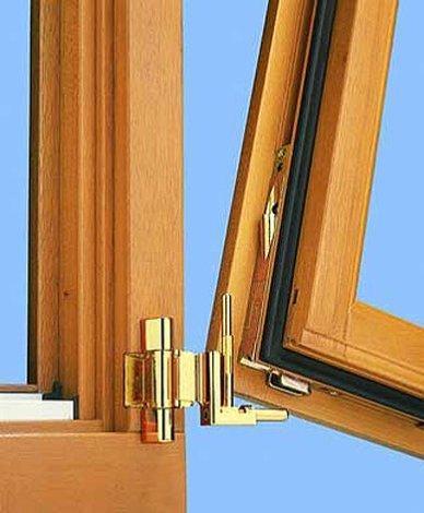 Навешивание окна на установленные петли