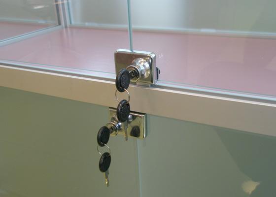 Стеклянный шкаф, запирающийся на ключ
