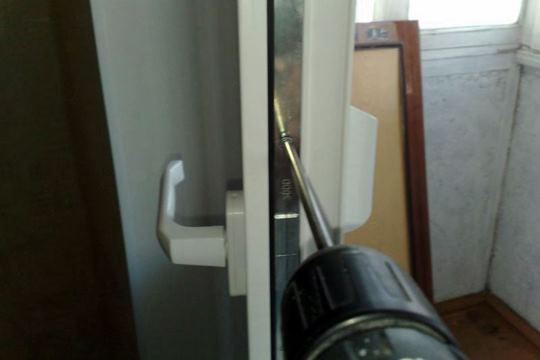 Демонтаж дверной ручки балкона