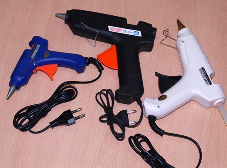 С помощью клеевого пистолета можно доставить клей в труднодоступные места