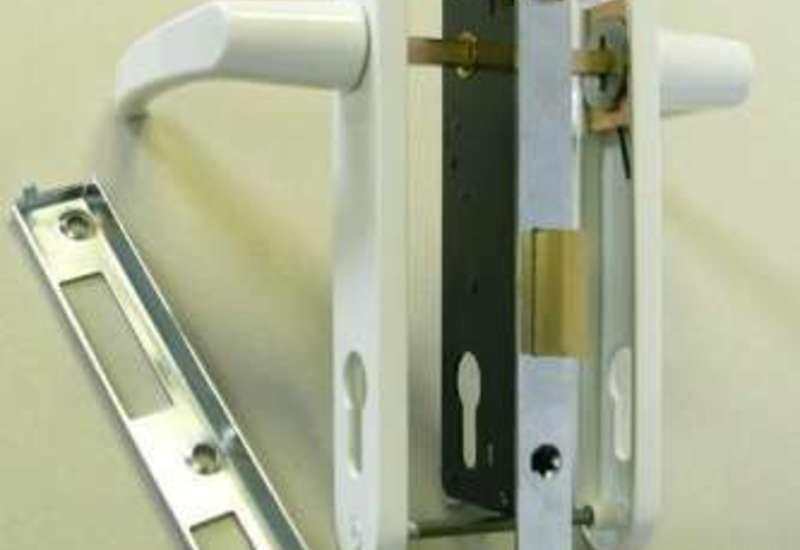 Установка замка в пластиковую дверь своими руками видео