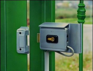 Запирающее устройство на калитке, работающее от постоянного источника тока