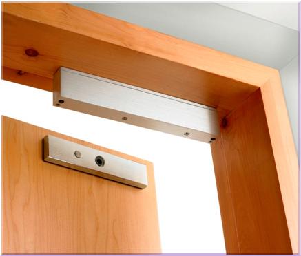 Запирающее устройство электромагнитного типа на межкомнатной двери