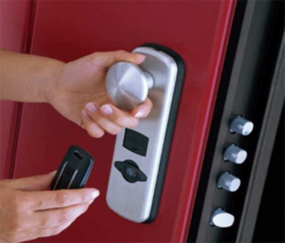 Запирающий механизм, электронного типа, установленный на входной двери