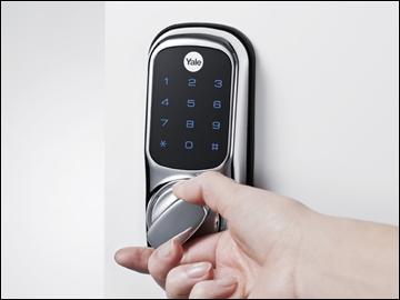 Защитное устройство, открывающееся при помощи кода, установленное на дверь