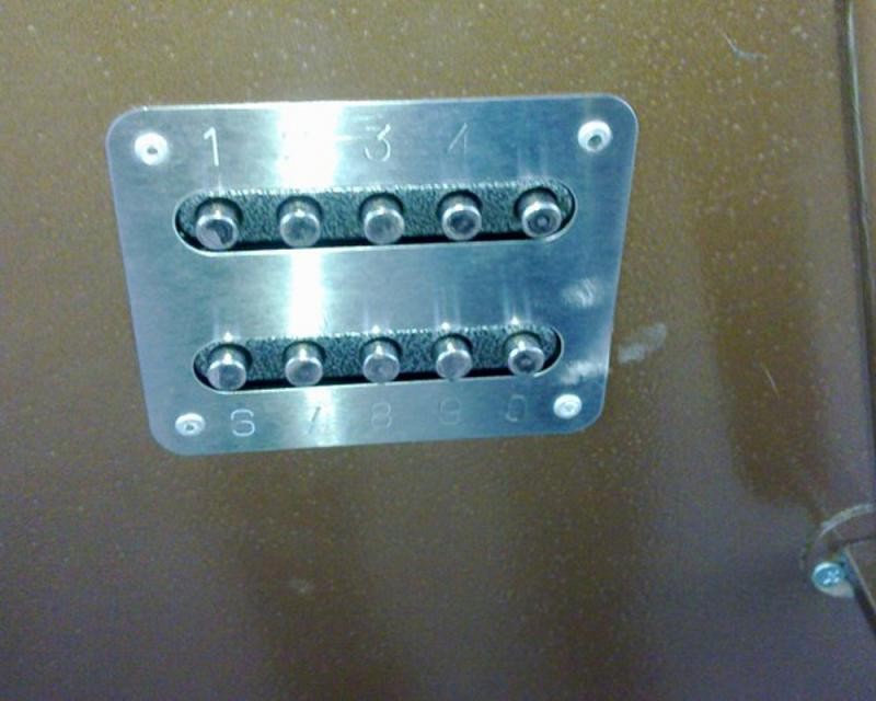 Управляющая панель, закрепленная снаружи двери