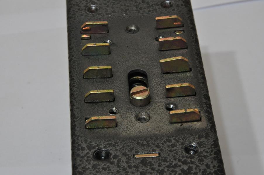 Все пластины повернуты к краям устройства, что свидетельствует об отсутствии шифра