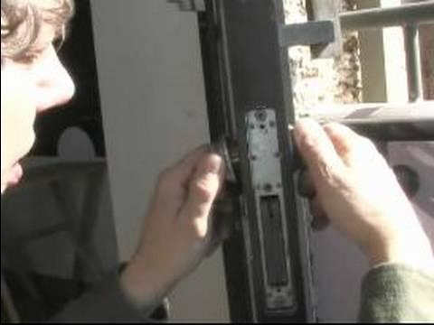Сломанное запорное устройство двери