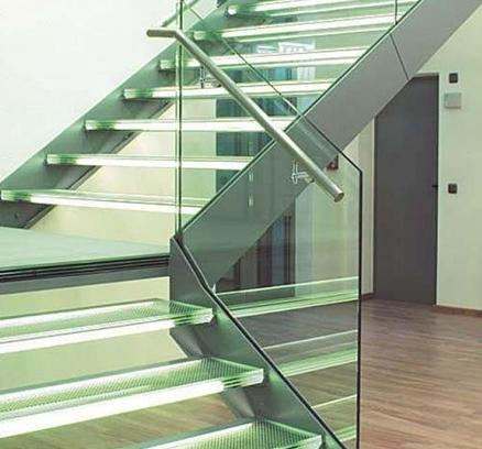 Собранная стеклянная лестница
