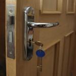 Как выбрать и установить наружный замок для дверей