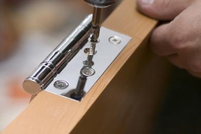 Закрепление дверной петли на полотне