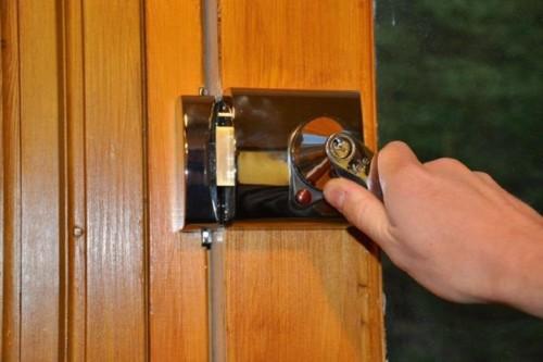 Установленный на двери замок накладного типа