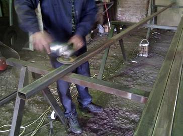 Зачистка мест установки петель перед сварочными работами