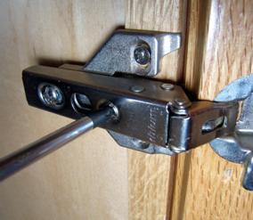 Болт для регулировки дверцы в направлении право – лево
