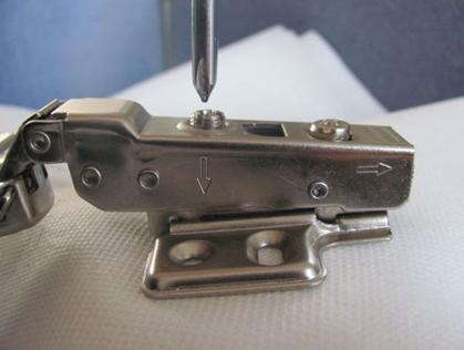 Петля, позволяющая произвести регулировку двери в различных направлениях