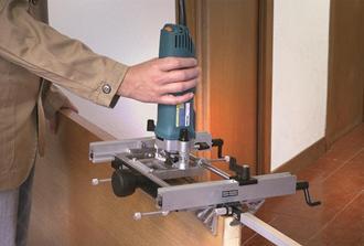 Работа фрезерным станком для установки дверной петли