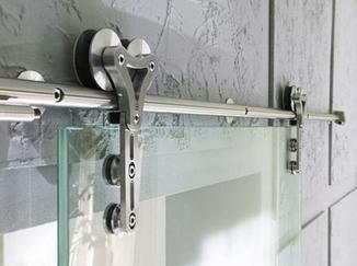 Использование раздвижных петель актуально при навесе дверей гардеробных комнат и перегородок