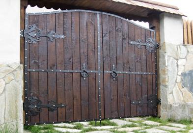 Петли-стрелы, установленные на воротах