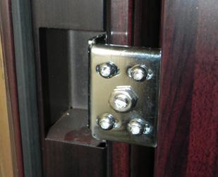 Вариант скрытой угловой дверной петли