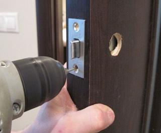 Как снять замок на дверной ручке