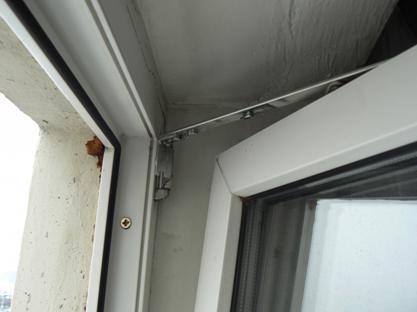 Окно распахнуто для проветривания и открыто в одно время