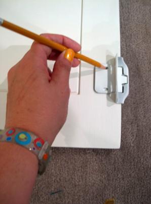 Разметка дверцы шкафа под отверстие для петель