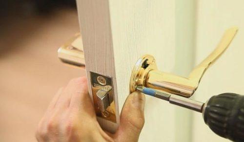 Удаление крепежных элементов ручки двери