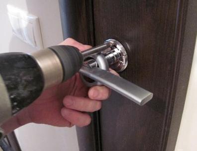 Крепление ручки к дверному полотну