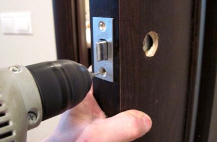 Монтаж запорного механизма на дверь
