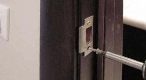 Установка ответной планки на дверную коробку