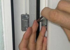 Корректировка расположения накладок для запирания двери