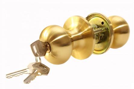Дверная ручка, оснащенная запорным механизмом
