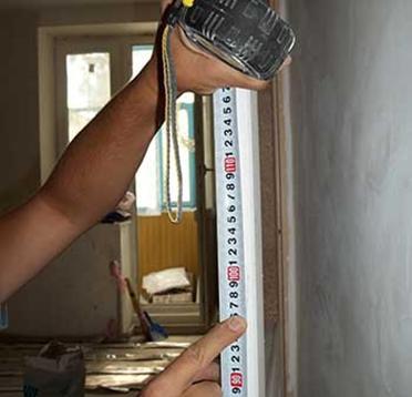 Согласно ГОСТ дверную ручку следует устанавливать на высоте 1 м