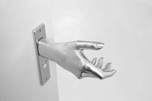 Дверная ручка в форме человеческой руки