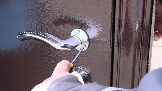 Монтаж ручки на металлическую дверь