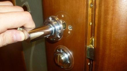 Демонтаж ручки с межкомнатной двери