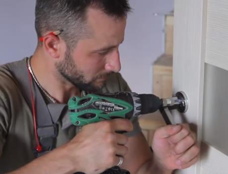 Крепление основания дверной ручки с помощью шуруповерта