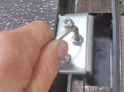 Выравнивание положения дверного полотна относительно дверной коробки