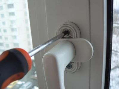 Снятие ручки с балконной двери