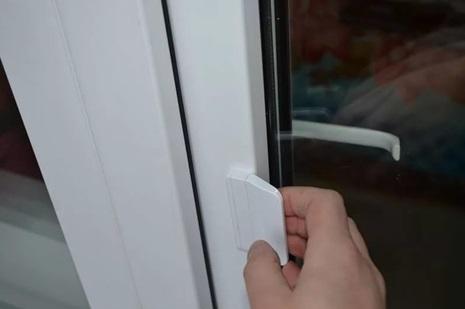 Устройство, позволяющее фиксировать дверь со стороны улицы