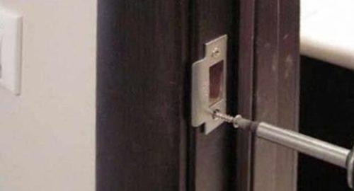 Монтаж ответной планки к дверной коробке