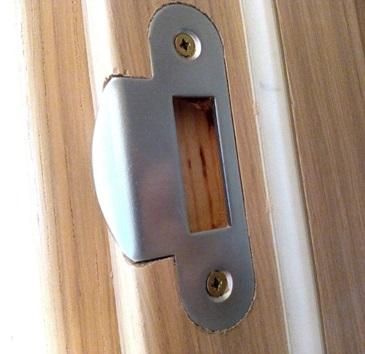 Крепление ответной планки к дверной коробке