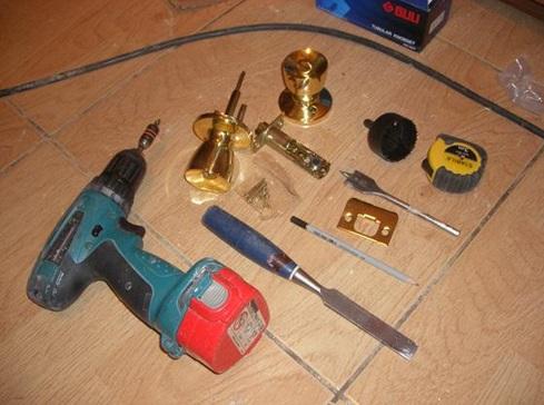 Инструменты, требующиеся для монтажа ручки защелки