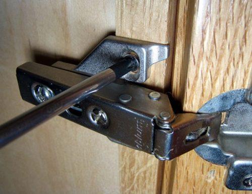 Регулировка дверец шкафа производится с помощью винтов на петлях