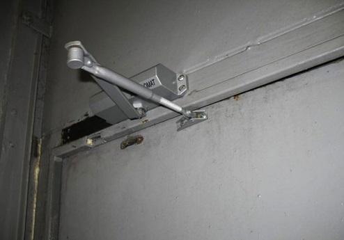 Устройство для автономного закрытия двери