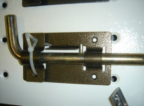 Монтаж запорной щеколды на дверь