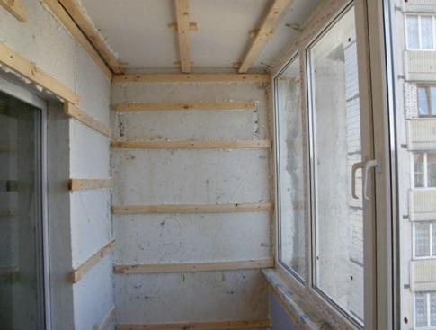 Пример обрешетки для панелей, выполненной при обшивке балкона