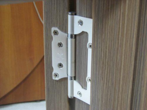 Двери, навешанные при помощи накладных петель