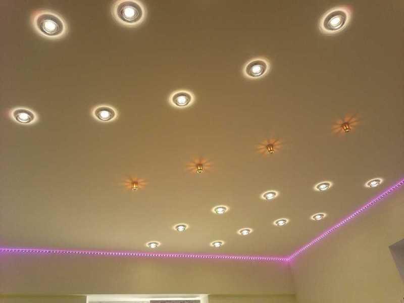 Несколько разных световых приборов для потолка