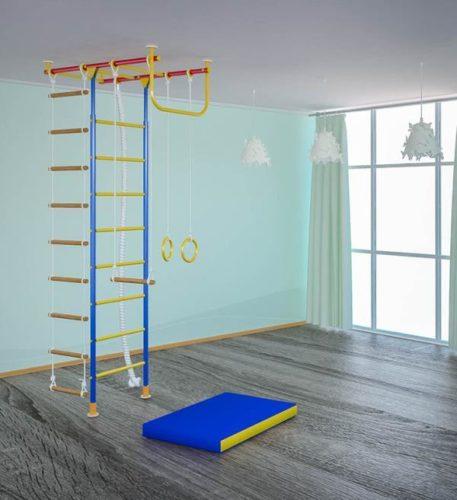 Тренажер, закрепленный на полу и потолке